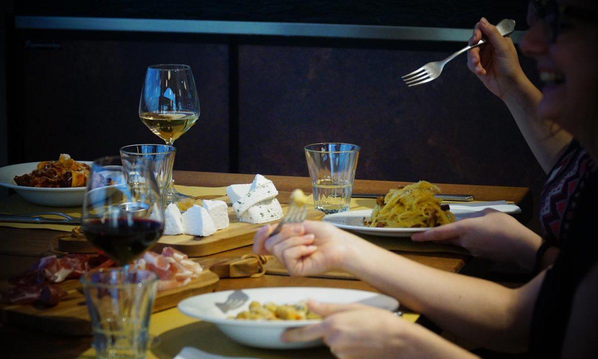 clienti mangiano pasta al ristorante stazione mole