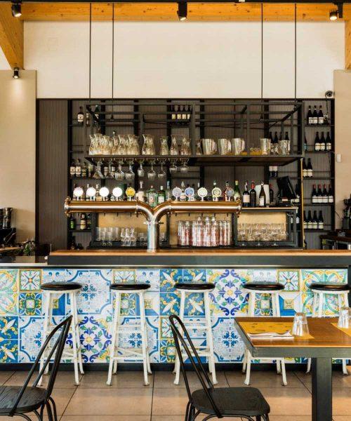 bancone bar stazione mole con maioliche bianche e azzurre
