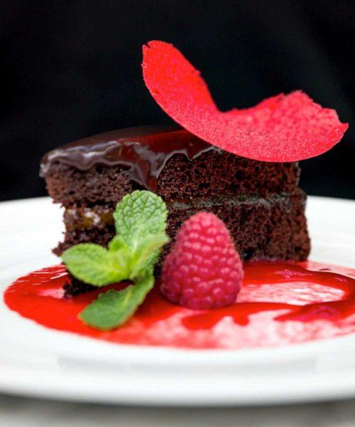 dolce al cioccolato con glassa alla fragola e fragola fresca