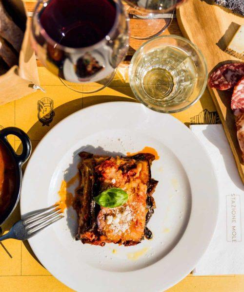 piatto di lasagna al ragù con foglia di basilico